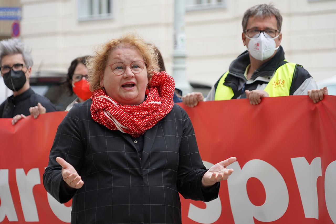 Die ÖGB-Vizepräsidentin und -Frauenvorsitzende Korinna Schumann spricht beim Protest der ElementarpädagogInnen
